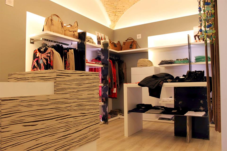 Negozio abbigliamento for Arredamenti per negozi di abbigliamento